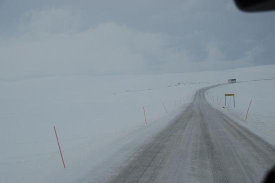 Direction le cap nord, en convoi, 2 cars précédés d'un chasse neige.