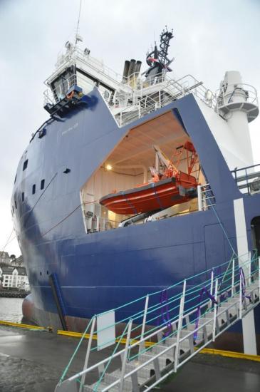 075 Un  navire de ravitaillement pour les plateformes pétrolières